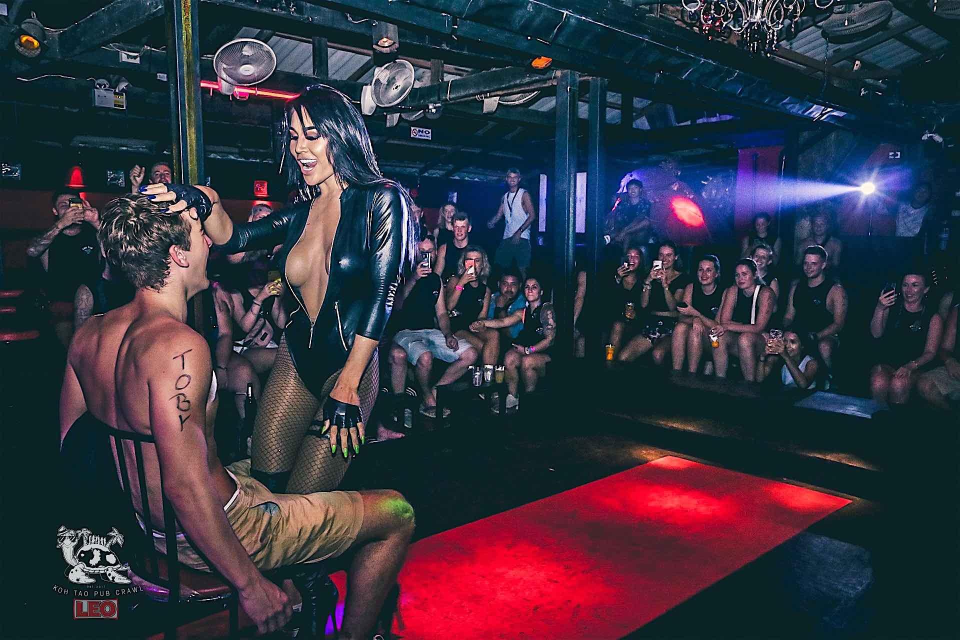 www.thefunkyturtle.com koh tao pub crawl thailand queens cabaret
