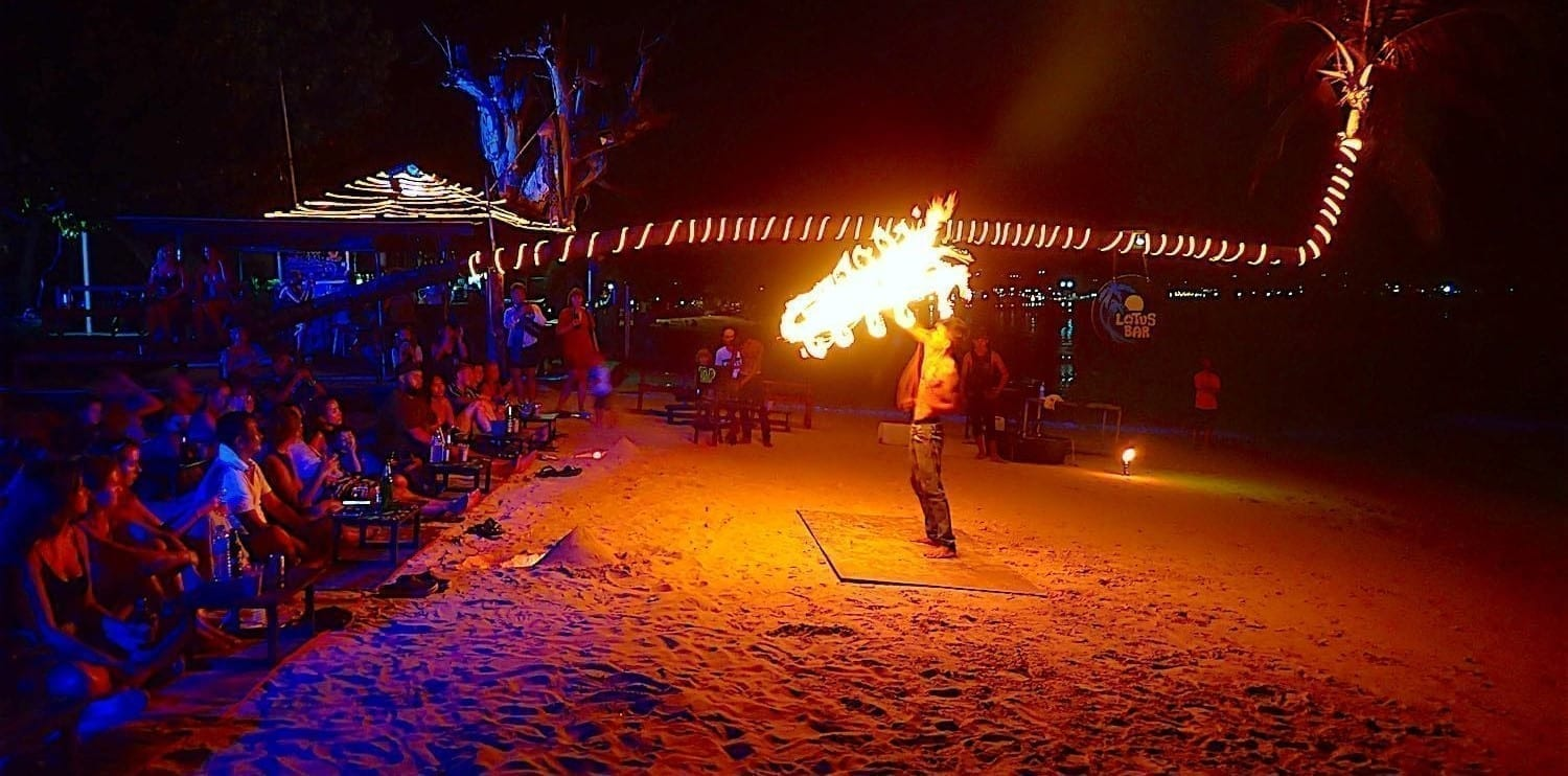 thefunkyturtle.com-nightlife-koh-tao-fire-show