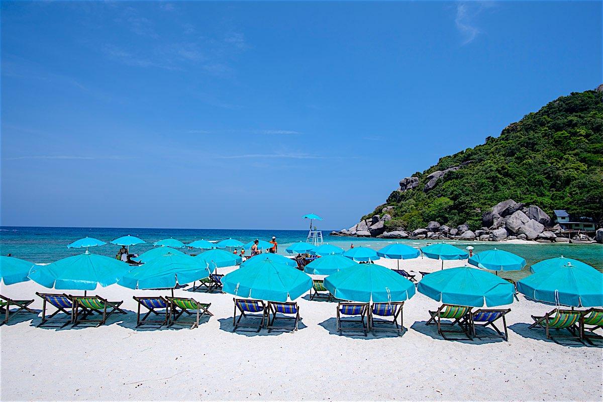 www.thefunkyturtle.com-relax-on-koh-nangyuan-beach-koh-tao