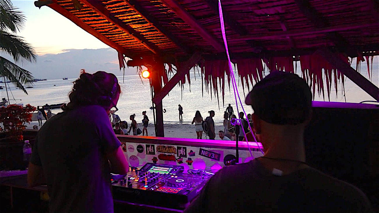 www.thefunkyturtle.com maya beach club on koh tao beach party