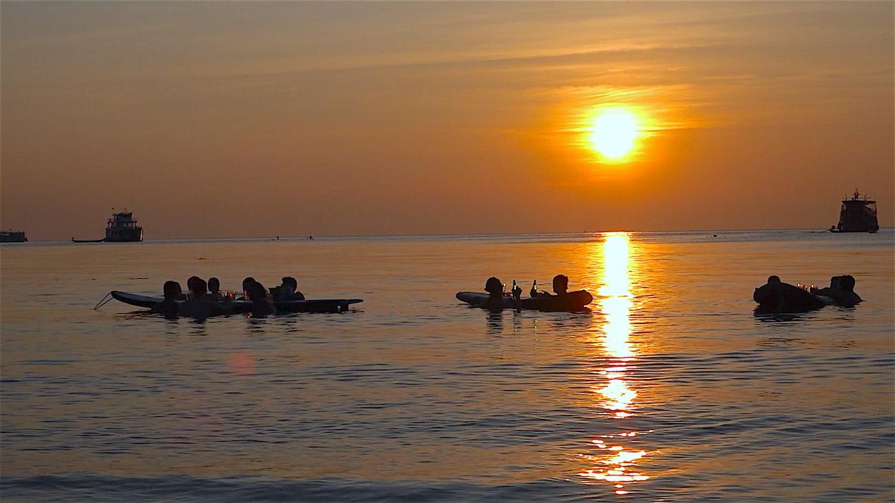 thefunkyturtle.com sup tao paddleboarding in sairee beach koh tao sunset