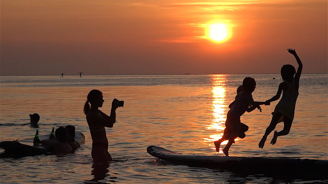 thefunkyturtle.com sup tao paddleboarding sairee beach koh tao sunset